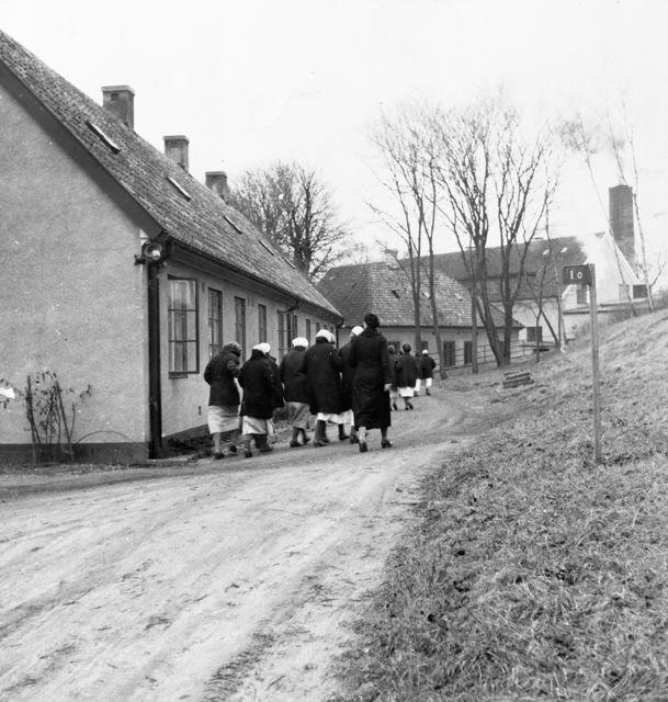 Inspärrade kvinnor på Landskrona tvångsarbetsanstalt på väg till dagens arbete.