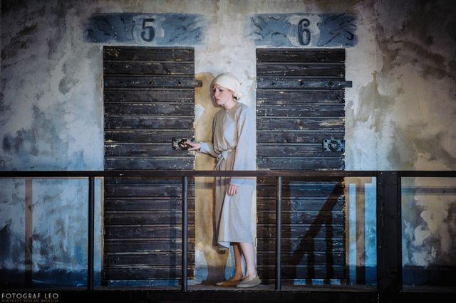 Huvudpersonen Linnea (Miriam Forsberg) utanför sin cell i isoleringstornet. Foto: Leo Erdfelt.